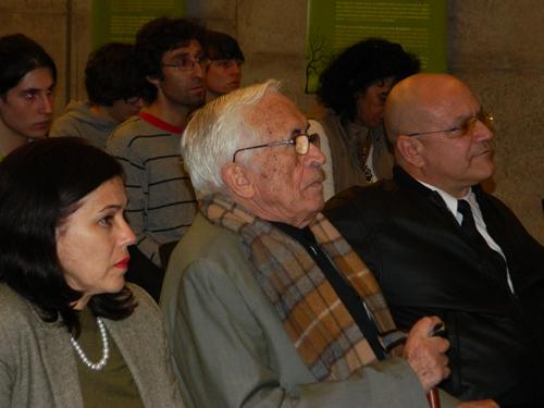 El escritor gallego cubano José Neira junto al cónsul de Cuba en Santiago de Compostela en la presentación de Sospechas y disidencias.