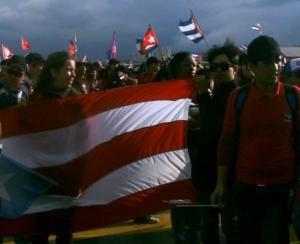 La bandera de Puerto Rico, desfilando junto a la delegación cubana