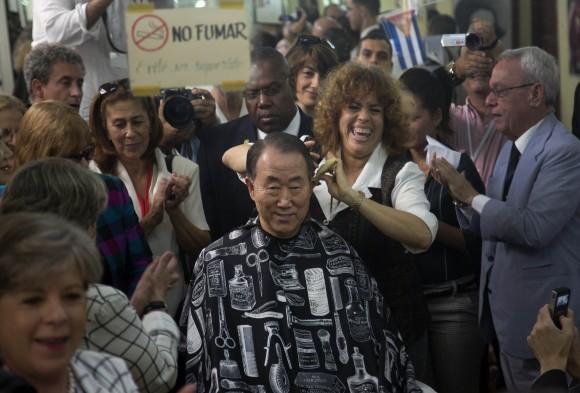 Ban Ki-moon se pela durante su por La Habana Vieja