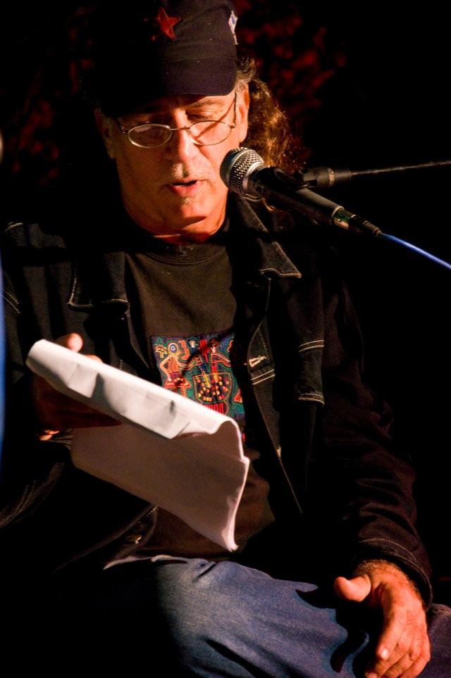 Fidel Díaz Castro lee poema de Juan Gelman: Foto: Alejandro Abella