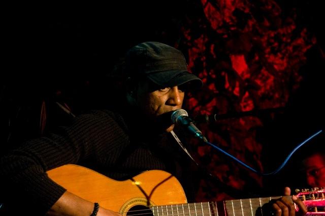 Tony Ávila canta en La pupila asombrada. Foto Alejandro Abella