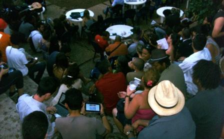 El WiFi patra compartir música, libros, fotos y video, además del chat, mantuvo conectados a muchos durante la velada.