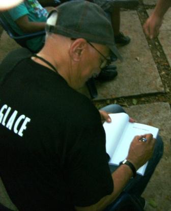 Víctor Casaus presentó y firmó su libro Girón en la memoria
