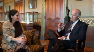 La foto de Yoan i Sánchez junto a Joe Biden se ha vuelto incómoda para ambos.