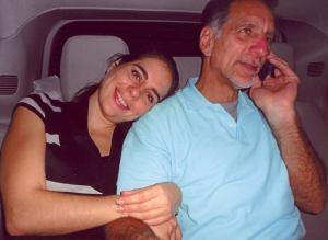 La autora de la carta junto a su padre el héroe antiterrorista cubano René González, al abandonar este la prisión en  Estados Unidos.