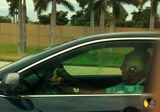 Posada Carriles conduce un auto por las calles de Miami en junio de 2014. foto tomada del blog de Yadira Escobar.