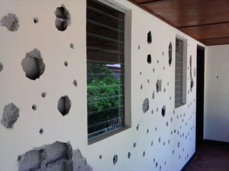 La fachada conserva los impactos de la metralla