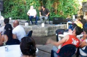Junto al escritor Daniel Chavarría, recordando la victoria uruguaya en el Maracanazo.