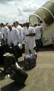 Médicos cubanos llegan a Sierra Leona para combatir el ébola.