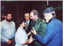 Gladys Siabatto saluda a Fidel junto presentada por Riberto Fernández Retamar