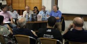 """Los investigadores cubanos Elier Ramírez Cañedo (i) y Esteban Morales Domínguez (2-i), autores del libro """"De la controntación a los intentos de 'normalización' junto a los estadounidenses Peter Kornbluh (d) y William M. LeoGrande (2-d) autores del libro """"Back Channel to Cuba"""" . EFE"""