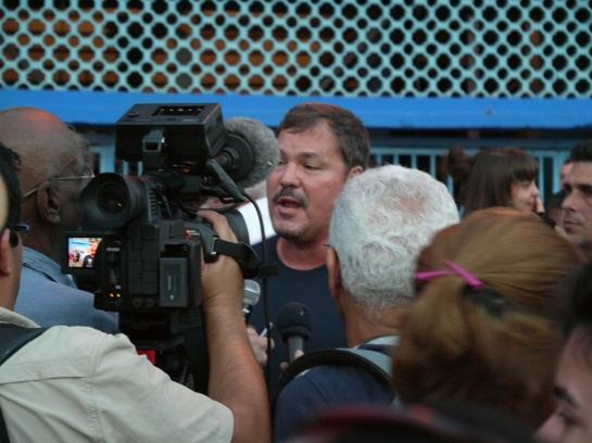 El héroe Ramón Labañino  asediado por la prensa.