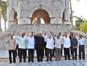 Raúl Castro y líderes caribeños junto a la tumba de José Martí.