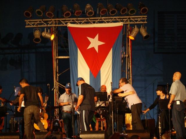 """Silvio recibe en el escenario a los héroes a quienes invitó a cantar """"El necio""""."""