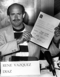 René_Vázquez_Díaz_muestra_la_Declaración_de_Estocolmo_ en_1994