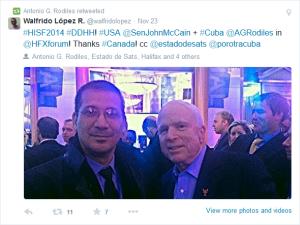 """El """"disidente"""" Antonio Rodiles junto al senador estadounidense John McCain en el   """"International Security Fórum"""" de Halifax"""