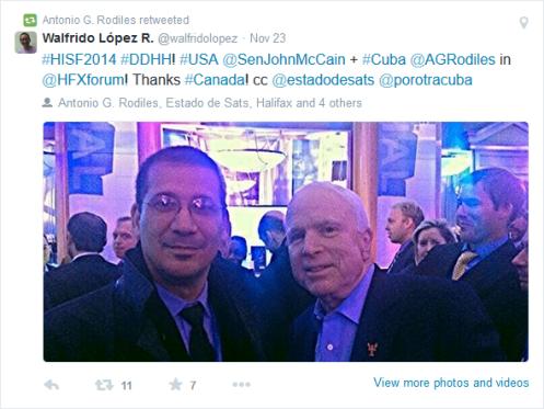 """Antonio González Rodiles junto al senador estadounidense John McCain en el   """"International Security Fórum"""" de Halifax"""