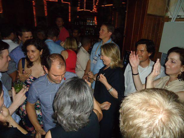 Roberta Jacobson junto a Hillary Clinton en la discoteca Havana, de Cartagena de Indias