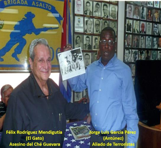 """Félix Rodríguez Mendigutía comparte con el """"disidente"""" Antúnez foto de su participación en el asesinato del Che. Foto tomada del sitio Yoanislandia.com"""