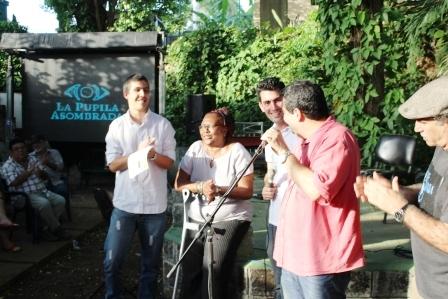 Pablo Pinet recibe el Primer premio del Cioncurso Now, a su lado Lázara Herrera, Rafael González e Iroel Sánchez.