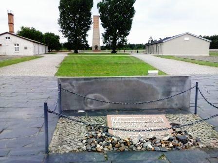 Atrás, memonumento a la memoria de los prisioneros, construido en 1961. Delante  recordatorio del lugar donde estuvo el patíbulo.