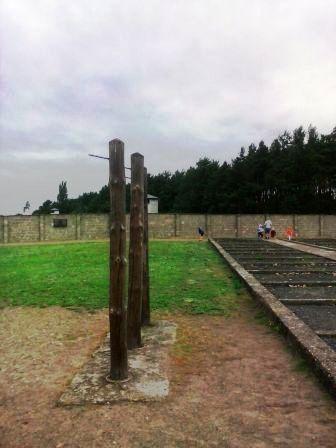 Palos donde eran colgados los prisioneros para ser torturados.