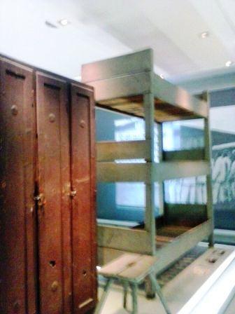 Litera y taquilla, los prisioneros llegaron a dormir de a dos en cada piso.