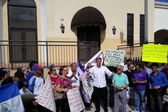 El terrorista Ramón Saúl Sánchez frente al Consulado de Nicaragua en Miami.
