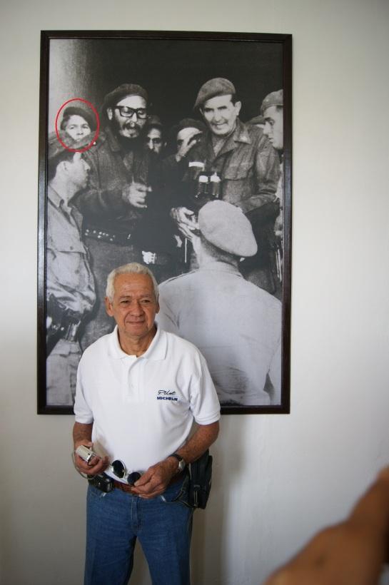 Ángel López Barrios hoy, detrás la foto en que aparece junto a Fidel en los días de Girón.
