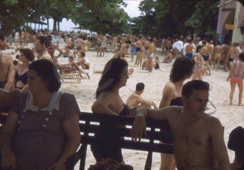 Playa en Cuba años cinuenta del siglo XX, exclusiva para blancos.