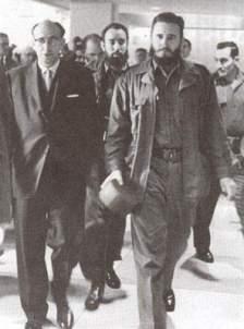 Roa junto a Fidel, al fondo el capitán Antonio Núñez Jiménez